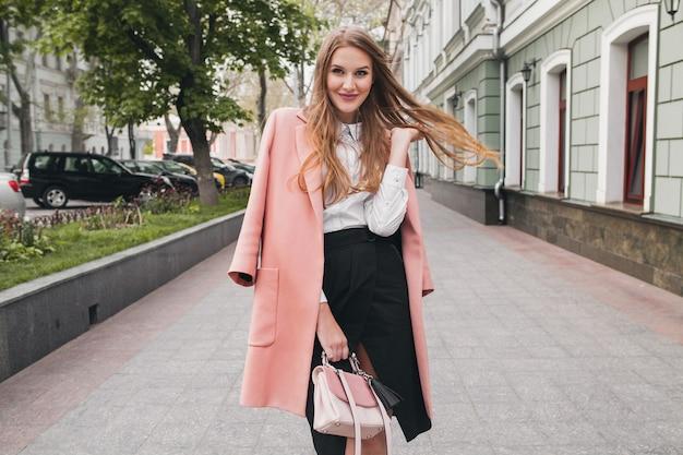 분홍색 코트, 지갑, 흰 셔츠, 검은 치마, 패션 의상, 가을 트렌드, 행복 미소, 액세서리를 입고 거리에서 걷고 귀여운 젊은 세련된 아름다운 여자