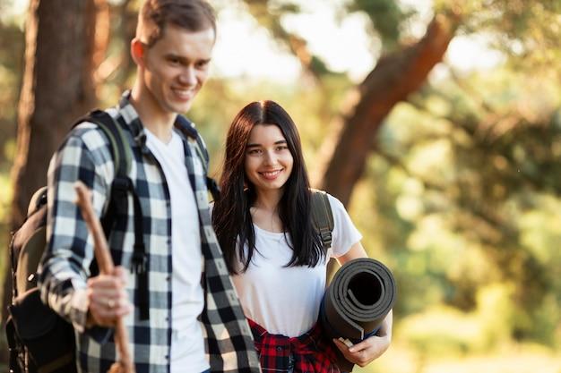 Симпатичная молодая женщина и мужчина, путешествующие вместе