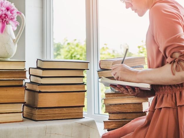 귀엽고 젊은 여성과 빈티지 책. 근접, 고립 된 배경입니다. 스튜디오 사진