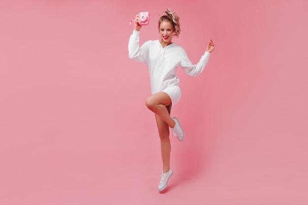 스포츠 드레스 포즈에 귀여운 젊은 여자