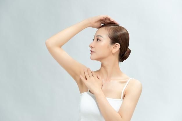 Милая молодая женщина заботится о своей коже