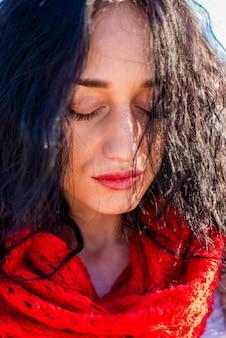 公園で赤いスカーフとかわいい若い女性