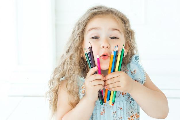 鉛筆を保持しているcutew少女の肖像画