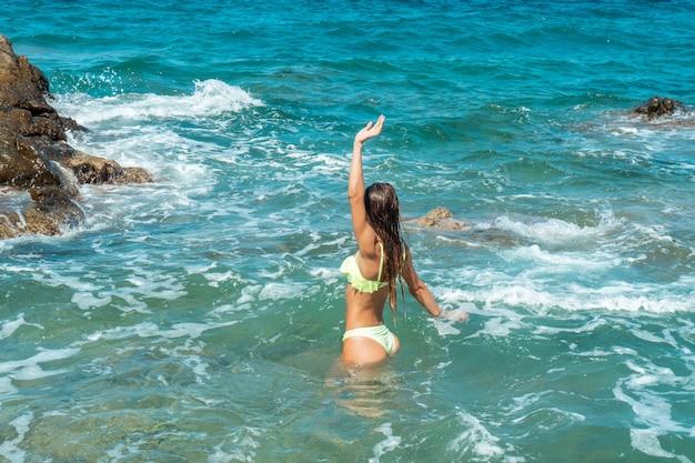 海の夏の時間で楽しんでいるキューティー少女