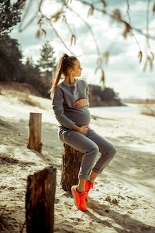 Cutire молодая беременная блондинка