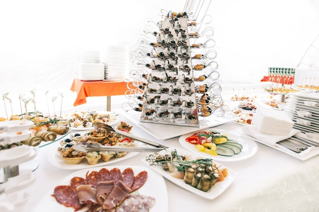 レストランの配布テーブルにあるカトラリーや様々な料理。