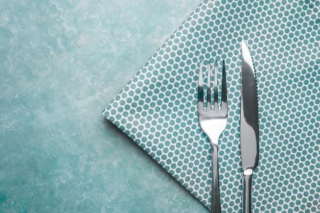 テーブルの上のカトラリー。ナプキンとフォークとナイフ。上面図。