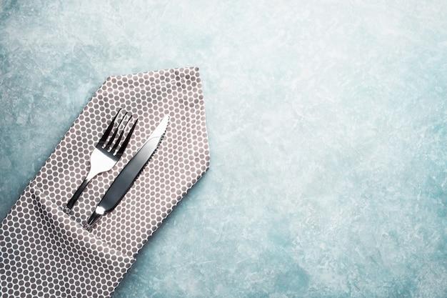 テーブルの上のカトラリー。ナプキンとフォークとナイフ。