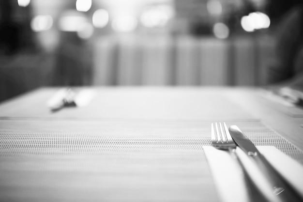 레스토랑 테이블 설정, 나이프, 포크, 숟가락, 인테리어의 테이블에 칼 붙이