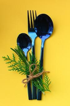 Столовые приборы деревенские, используются для еды или подачи блюд (ложки, вилки, блестящие и красивые)