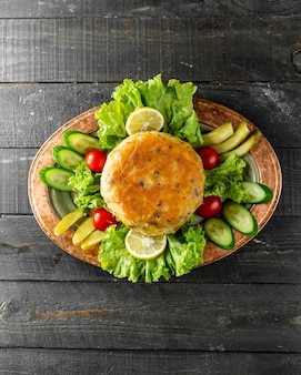 Cutlet served with cucumbers and tomatoes