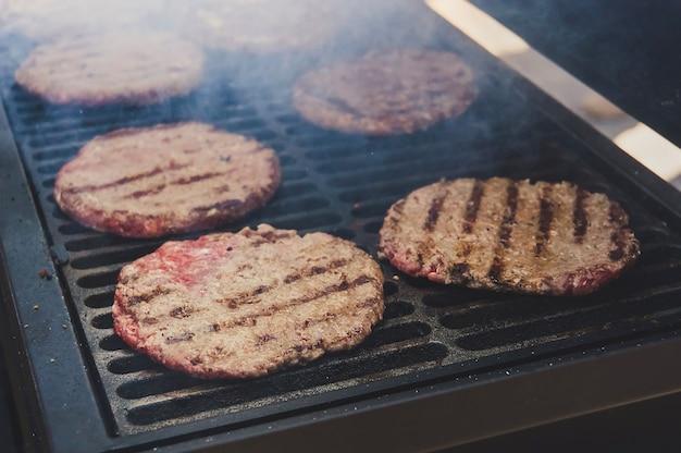그릴에 구운 다진 고기의 커틀릿. 고기 햄버거 패티 근접 촬영입니다. 버거 재료. 야외 바베큐 요리
