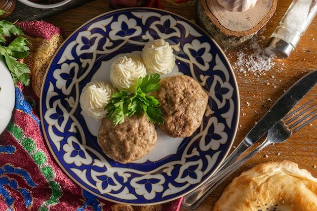 Котлеты с картофельным пюре и петрушкой в традиционном узбекском блюде