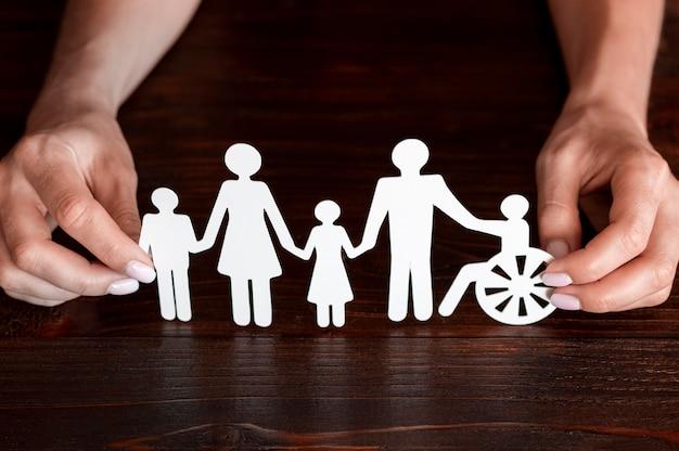 一緒にいるさまざまな家族の切り抜き紙