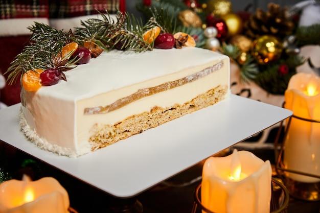 Нарезанный рождественский муссовый торт со вкусом ананаса и фруктами
