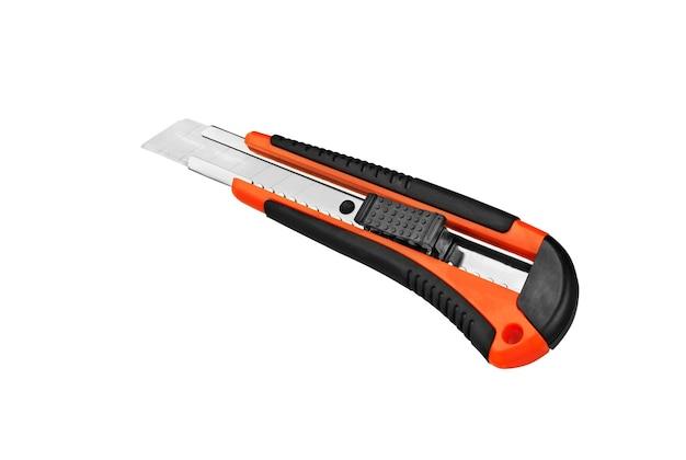白い表面に分離されたカッターナイフ。文房具ペーパーナイフ