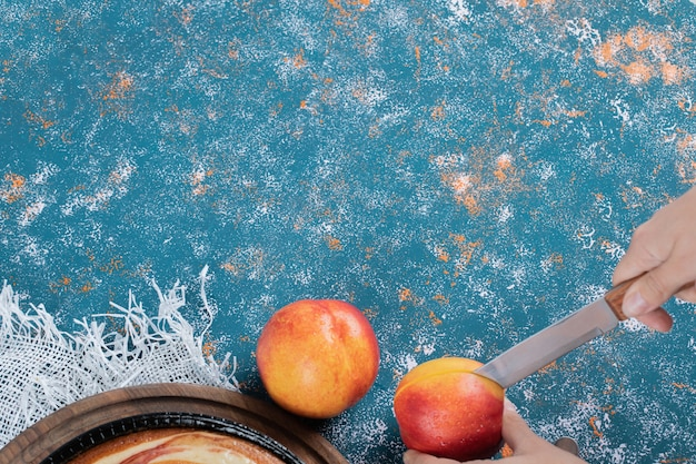 赤黄色のジューシーな桃を切る