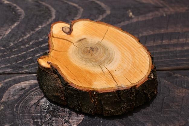 黒に木を切る