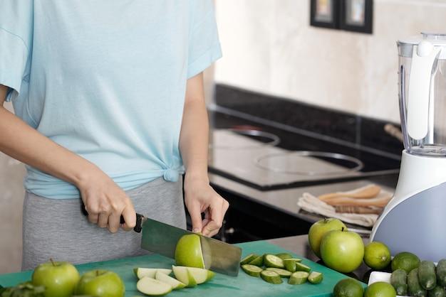 부엌에서 스무디를 위해 사과 자르기