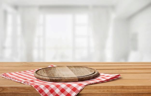 Разделочная доска и вретище на деревянном столе, копия пространства