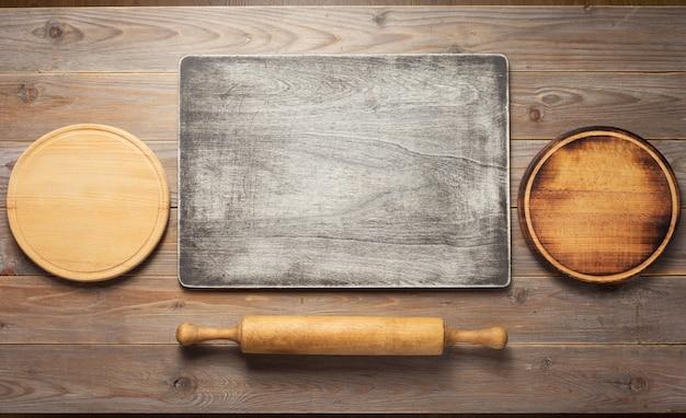 나무 판자 테이블 보드 배경의 커팅 보드, 상위 뷰