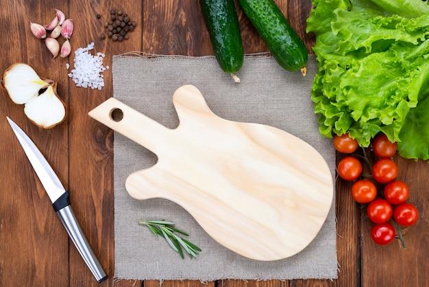 木製のテーブルの上にギターの形をしたまな板