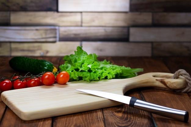 木製のテーブルのまな板