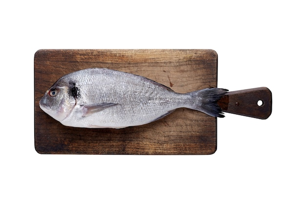 Разделочная доска с рыбой дорадо, изолированные на белом фоне