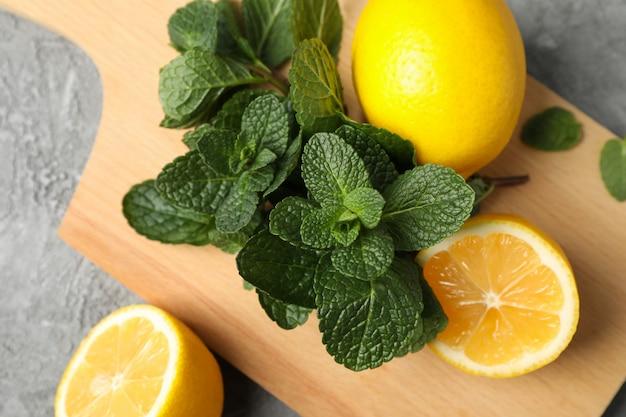 灰色のレモンとミントのまな板、クローズアップ