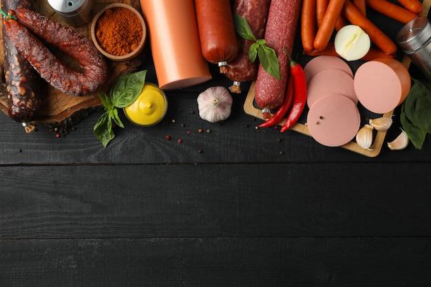 Разделочные доски, колбасы и специи на деревянные, место для текста