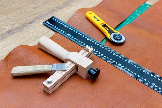 Резка коричневой кожи для сумки. инструменты для кожгалантереи, линейка, полосовой резак, поворотный нож
