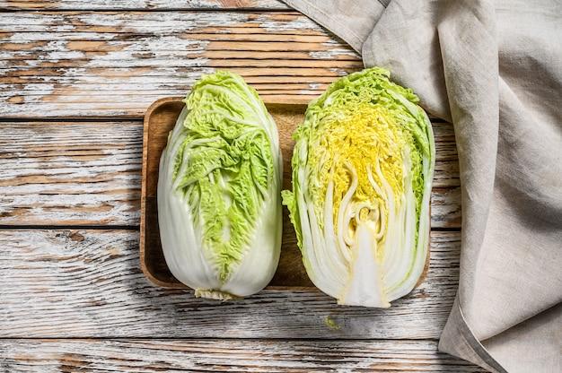 白菜を切る。有機野菜。白い木の空間。上面図