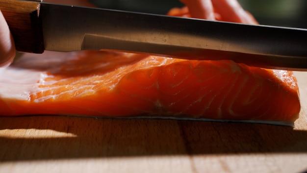 Нарезка рыбы дольками для приготовления суши