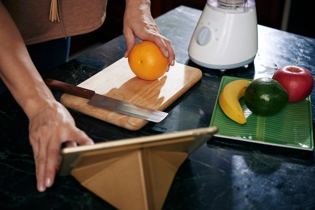 スムージーの果物を切る