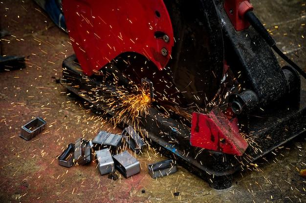 Резка стали с брызгами искры на стройплощадке