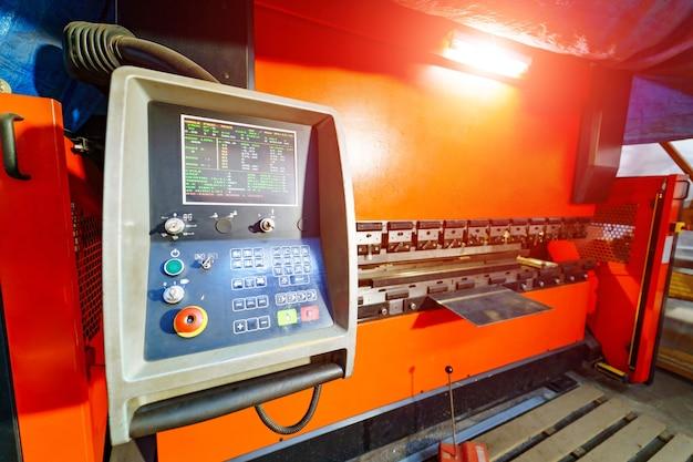 工場での板金加工の切断。