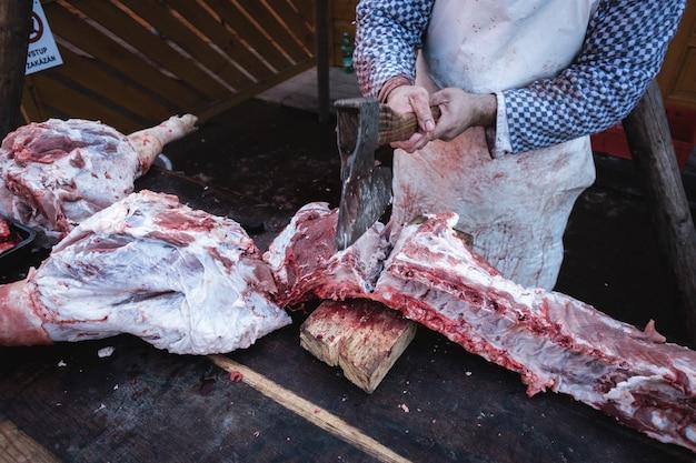 豚の肋骨を斧で切る