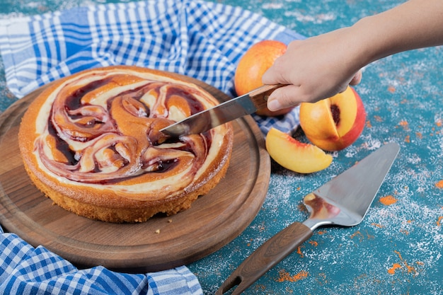 Tagliare una fetta di torta al cioccolato su una tavola di legno