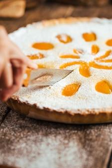 甘い美味しい杏仁豆腐ケーキパイを切る