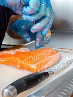 Разделка рыбы на кухонной доске