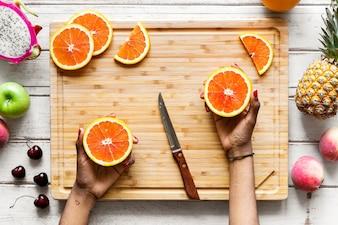 健康な新鮮なオレンジを切る
