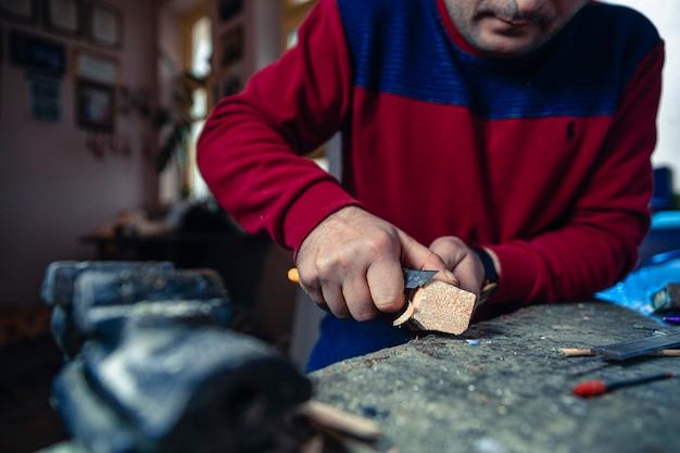 Tagliare pezzi di legno inutili per fare arte