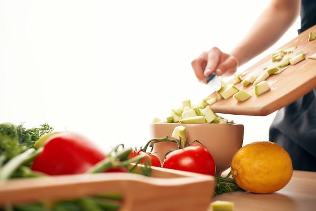 샐러드 신선한 야채를 위한 도마 재료에 야채 자르기