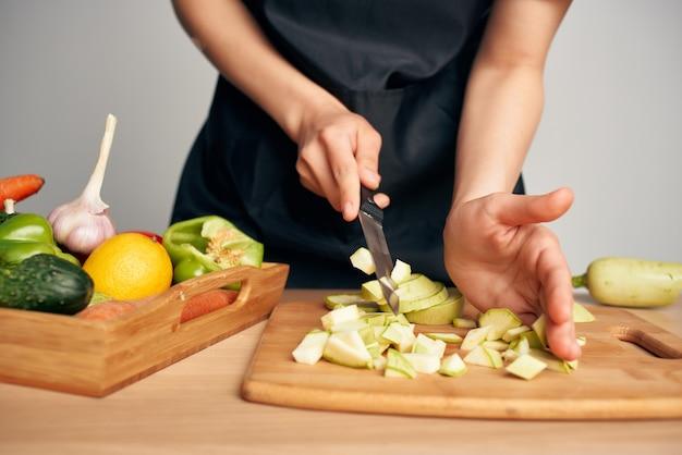 まな板キッチン調理で野菜を切る