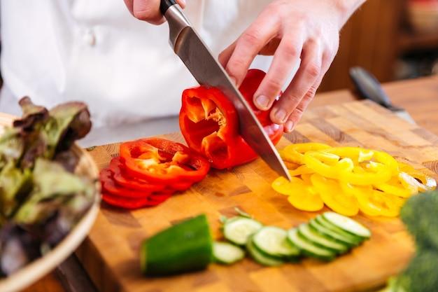 木製のテーブルで野菜を切る