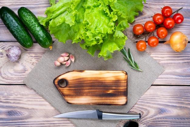 木製のテーブルで木の板を切る