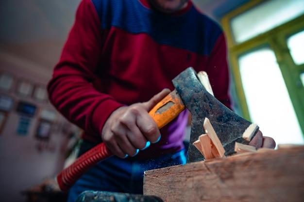 Резка деревянных кусков молотком