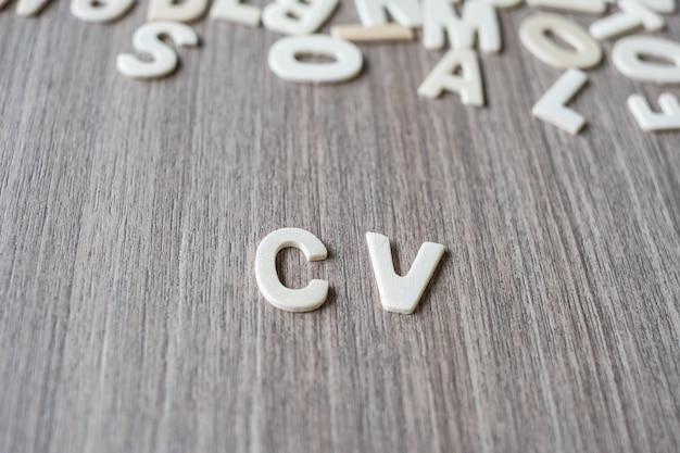 Cv слово деревянных букв алфавита. бизнес, работа и идея концепции