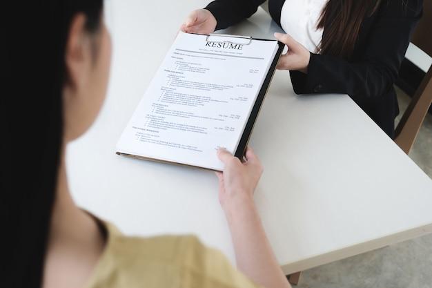 オフィスコンセプトの就職の面接、履歴書に焦点を当てる、雇用主が準備された熟練した応募者の優れたcvを検討する、採用を検討する採用担当者、または採用決定を下す人事マネージャー