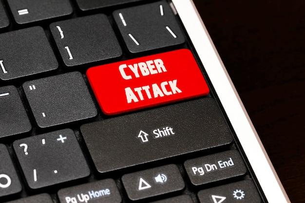 黒のキーボードの赤のenterボタンに対するサイバー攻撃。